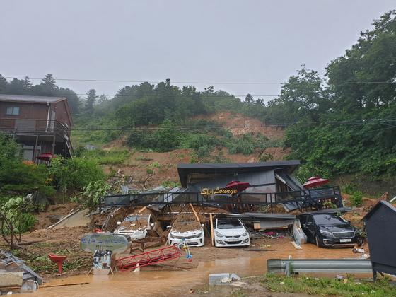지난 3일 오후 산사태가 발생한 경기도 가평군 산유리의 매몰 현장에서 구조작업이 진행되고 있다.. [경기도소방재난본부]