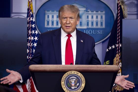 도널드 트럼프 미국 대통령이 3일 백악관에서 코로나19 태스크포스 브리핑을 열었다. 그는 마이크로소프트든 틱톡이든 미국 정부에 권리금을 내야 인수를 승인할 것이라고 말했다. [EPA=연합뉴스]