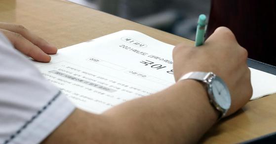 지난 6월 대학수학능력시험 모의평가가 시행된 서울 여의도고등학교에서 학생들이 시험을 준비하고 있다. 연합뉴스