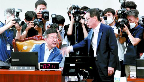 3일 국회에서 열린 법사위 전체회의에서 김도읍 통합당 간사(오른쪽)가 윤호중 위원장에게 소위 논의 없는 법안 상정에 대해 항의하고 있다. [연합뉴스]