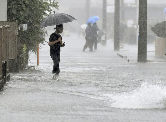지난해 10월 12일 제19호 태풍 하기비스의 영향으로 폭우가 쏟아진 일본 시즈오카(靜岡)시의 도로가 물에 잠겼다. 당시 태풍과 대기천이 결합하면서 엄청난 폭우가 쏟아졌다. 연합뉴스