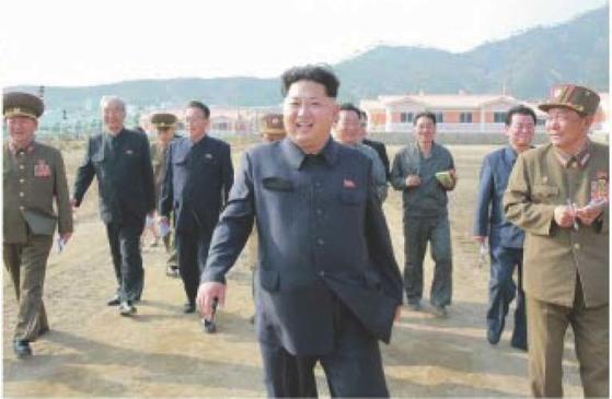 북한 김정은 국무위원장이 지난 2015년 나선시 선봉지구에 수해 복구 작업 현지지도에 나선 모습. [중앙포토]