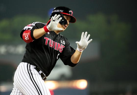 4위 싸움에서 웃은 LG, 김현수 홈런 두 방이 살렸다