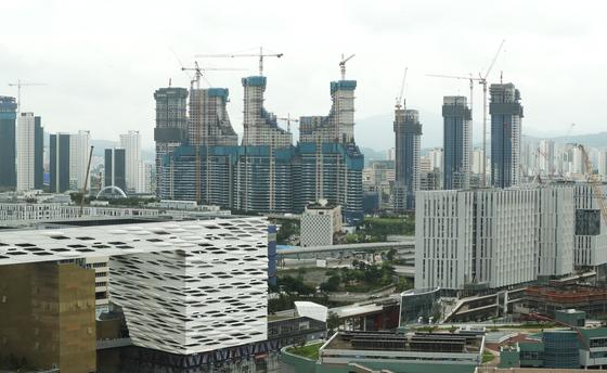 세종시 밀마루 전망대에서 바라본 시내에 아파트 건설이 한창이다. 연합뉴스