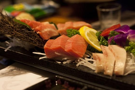 고도로 문명화된 현재에도 우리는 여전히 날것을 환영한다. 우리는 생선회나 육회를 사랑하고, 일본의 스시는 세계인의 입맛을 매료시켰다. 날것이지만 최고급 요리가 즐비하다. [사진 pixabay]