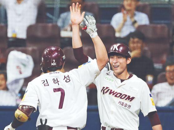 키움 김하성과 이정후(오른쪽)는 서로에게 최고의 '페이스 메이커'다. 한 팀에서 동반 성장한 둘은 야구 국가대표팀(아래 사진)에서도 완벽한 호흡을 자랑한다. [연합뉴스]