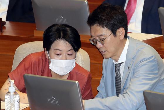 미래통합당 윤희숙 의원과 김웅 의원이 4일 오후 국회 본회의에 참석해 얘기를 나누고 있다. [연합뉴스]