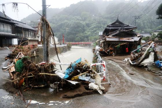 지난달 10일 구마모토 야츠시로 지역에 폭우로 떠내려온 쓰레기가 쌓여 있다. [AFP=연합뉴스]