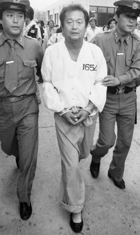 김진영 전 삼미 슈퍼스타즈 감독이 1983년 6월 1일 MBC 청룡과 잠실 경기에서 심판 판정에 항의하다 폭력을 행사했다는 혐의로 경찰에 연행되고 있다. 당시 시대 상황이 적나라하게 드러난 촌극이다. 중앙 포토