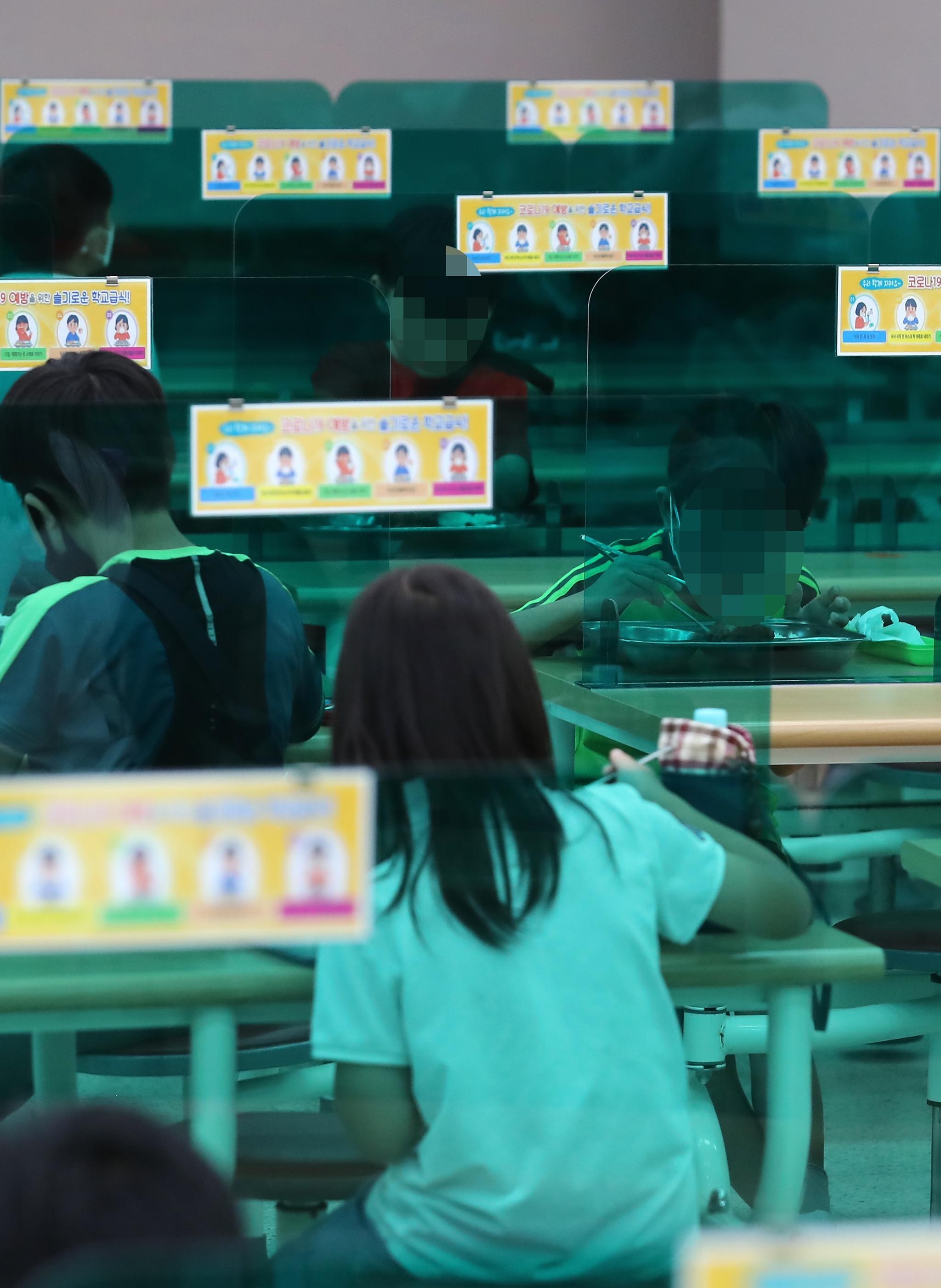 한 초등학교에서 학생들이 식사하고 있다. 연합뉴스