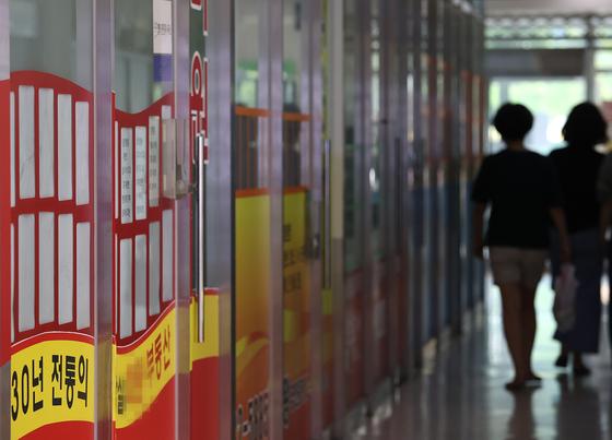 계약갱신청구권 등의 도입으로 전세시장이 극도로 불안한 가운데 8.4공급대책이 주택시장에 어떤 영향을 미칠지 주목된다. 전셋집 품귀로 서울 송파구 부동산중개업소 매물 정보란이 비어있다. 연합뉴스