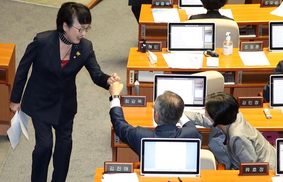 찬성 토론을 마친 뒤 열린민주당 최강욱 대표, 강민정 의원과 주먹인사를 나누는 김진애 의원. 뉴스1