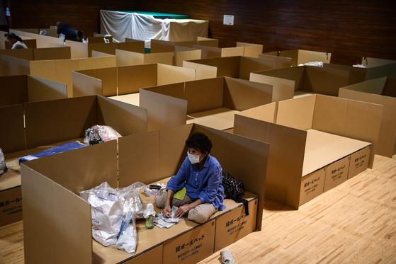 지난달 10일 구마모토 히토요시 지역의 대피소에서 한 이재민이 박스용 종이로 만든 침대에 앉아 있다. [AFP=연합뉴스]