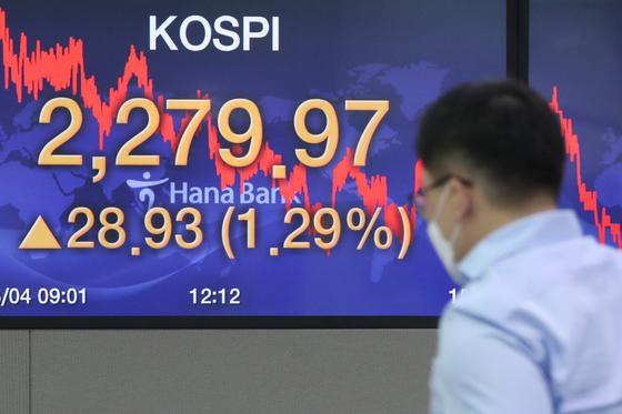코스피가 1% 넘게 급등해 연고점을 새로 찍은 4일 오후 서울 중구 하나은행 본점에서 딜러들이 업무를 보고 있다. 연합뉴스