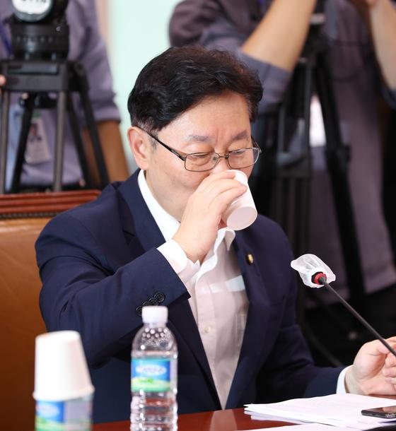 박범계 더불어민주당 의원이 3일 오후 서울 여의도 국회에서 열린 법제사법위원회 전체회의에 참석, 물을 마시고 있다. 연합뉴스