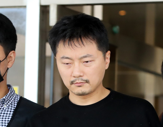 미성년 이용 성착취물 제작 범죄로 신상이 공개된 배준환(37)이 17일 오후 제주 동부경찰서에서 제주지방검찰청으로 송치되고 있다. 뉴시스
