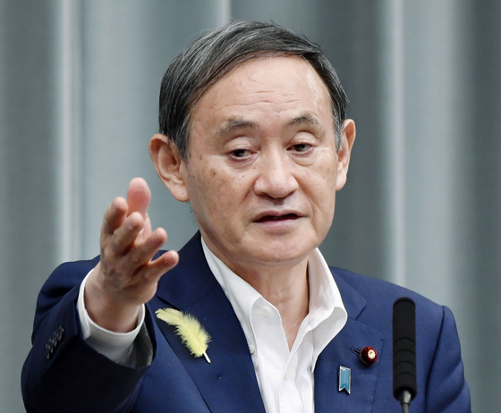 스가 요시히데 일본 관방장관이 4일 기자회견에서 징용 피해자에 대한 배상을 거부하는 일본 기업 자산을 강제 매각할 경우 심각한 상황이 올 것이라고 말했다. [교도=연합뉴스]