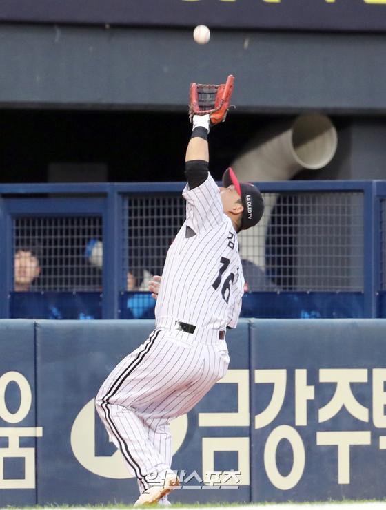 지난달 31일 잠실야구장에서 열린 LG와 한화의 경기. 3루수 김민성이 2회초 한화 이용규의 파울 타구를 잡아내고 있다. 잠실=정시종 기자