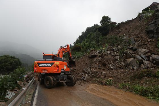 4일 경기도 가평군 상면에서 산사태로 도로가 막혀 굴삭기가 복구작업을 하고 있다. 연합뉴스