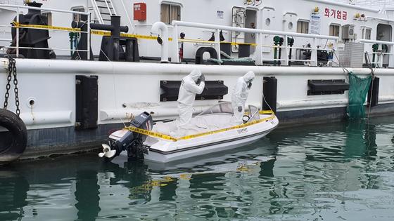지난 5월 25일 충남 태안군 근흥면 신진항 태안해경 전용부두에서 해경 관계자들이 소원면 의항리 해변에서 발견된 소형보트를 감식하고 있다. 신진호 기자