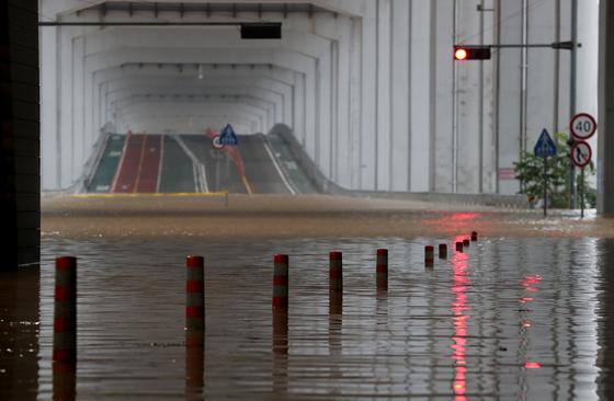 중부지방에 집중된 폭우로 3일 오전 서울 잠수교 북단이 물에 잠겨 출입이 통제되고 있다. 최정동 기자