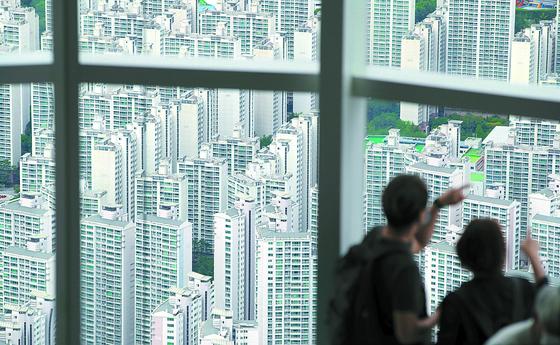 정부가 8.4부동산 대책으로 13만2000가구를 늘리는 공급 대책을 발표했다. 사진은 서울 롯데월드타워 전망대 '서울스카이'에서 바라본 송파구 일대 아파트 단지. 연합뉴스