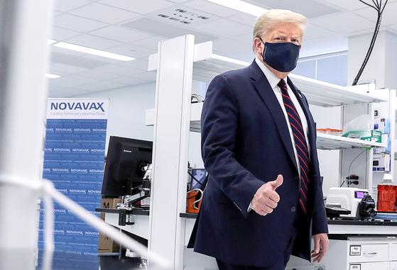 미국 노스캐롤라이나주 모리스빌에 있는 후지필름의 다이오신스 바이오테크놀로지스 공장을 방문한 도널드 트럼프 미국 대통령. 이 회사는 코로나19 백신 원료약을 위탁 생산한다. [로이터=연합뉴스]