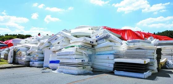 2018년 8월 라돈 침대 매트리스 폐기물을 충남 천안의 대진침대 야적장에 쌓아둔 모습. 2년이 지났지만 처리방법을 찾지 못했다. [중앙포토]