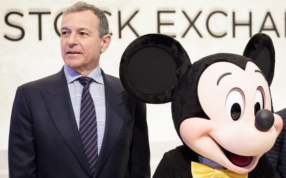 뉴욕증권거래소에 지난해 11월 미키마우스와 함께 등장한 디즈니 로버트 아이거 당시 CEO. EPA=연합뉴스