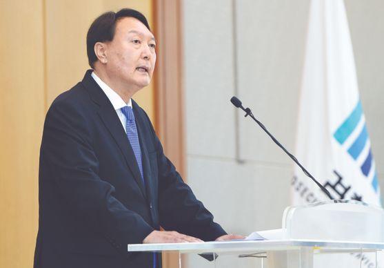 윤석열 검찰총장이 지난 3일 열린 신임 검사 신고식에서 발언하고 있다. [사진 대검찰청]