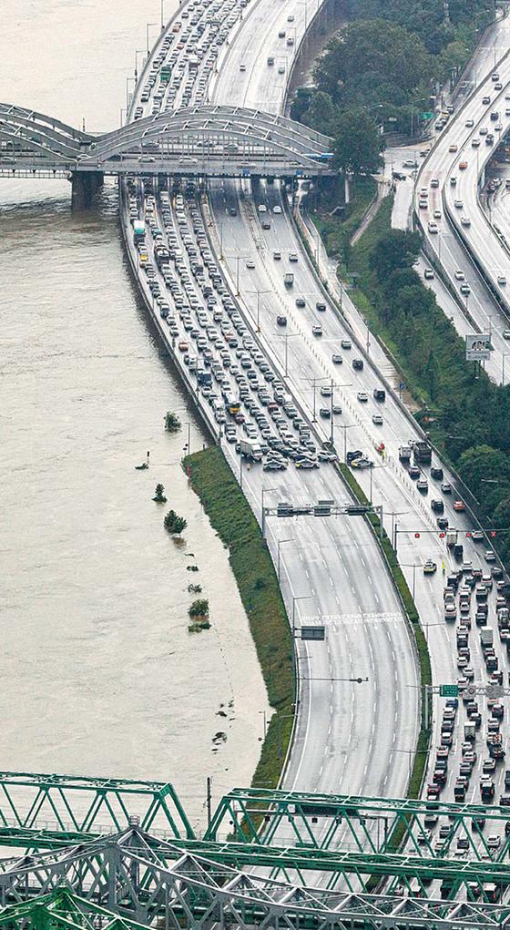 지난 3일 오후 팔당댐 방류의 영향으로 한강 수위가 상승해 올림픽대로가 전면 통제되어 있다. 뉴시스