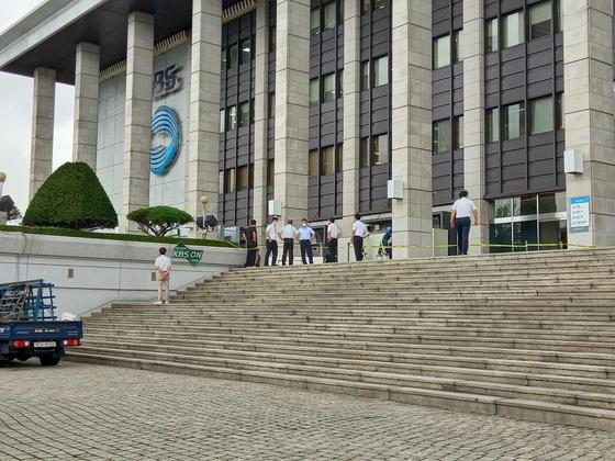 5일 오후 사고를 수습중인 서울 영등포구 여의도 KBS본관 1층 라디오 오픈 스튜디오. 뉴스1