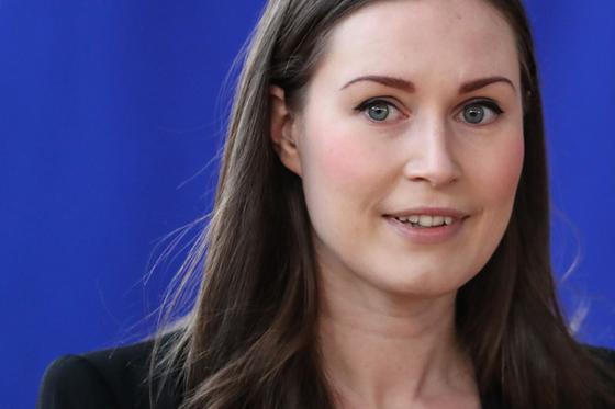 산나 마린 핀란드 총리가 지난 2월 21일 유로존 국가수반 특별 회의에 참석하기 위해 벨기에 브뤼셀 회의장에 들어서고 있다. [AFP=연합뉴스]