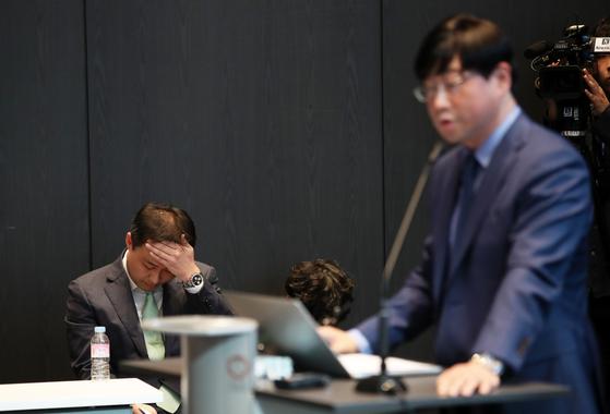 원종준 라임자산운용 대표이사(왼쪽)가 2019년 10월 서울 여의도 국제금융센터(IFC)에서 열린 펀드 환매 연기 사태 관련 기자 간담회에서 이종필 전 부사장이 브리핑을 하는 동안 침통한 표정을 짓고 있다. [뉴스1]