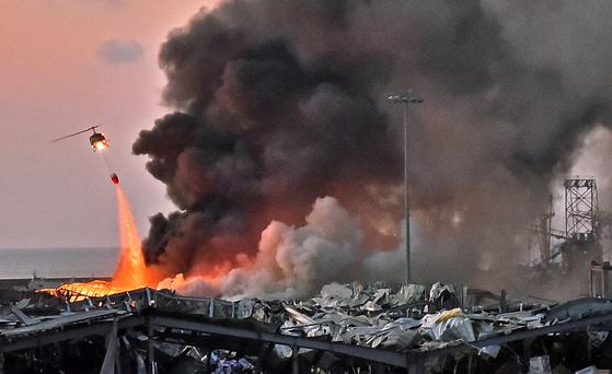 레바논 수도 베이루트의 항구에서 4일(현지시간) 대규모 폭발이 발생한 후 검은 연기가 뿜어져 나오고 있다. EPA=연합뉴스
