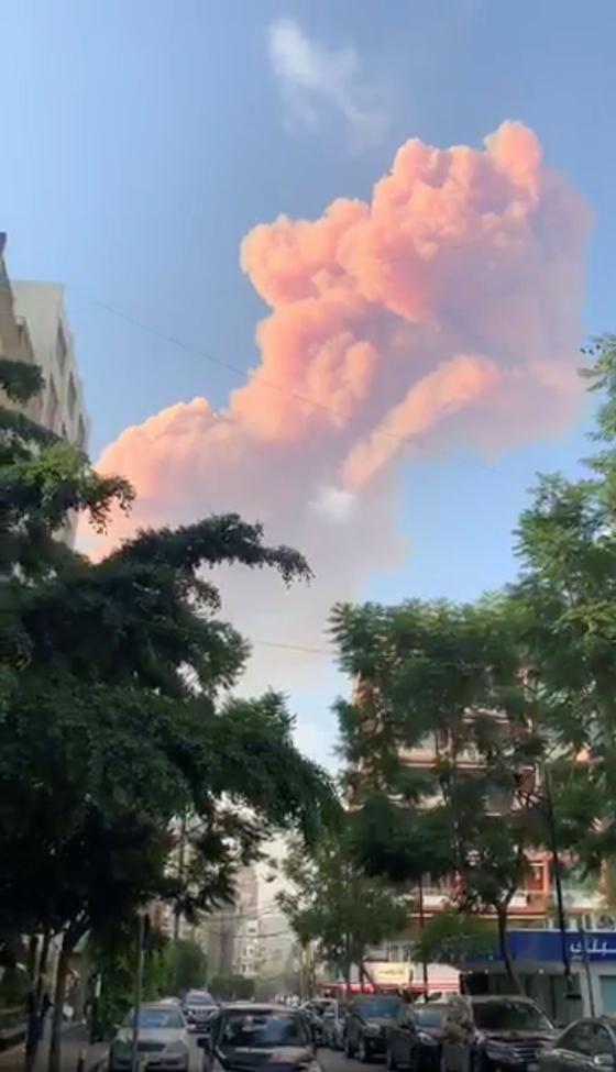 레바논 베이루트에서 4일 폭발이 발생해 화염이 치솟고 있다. [로이터=연합뉴스]