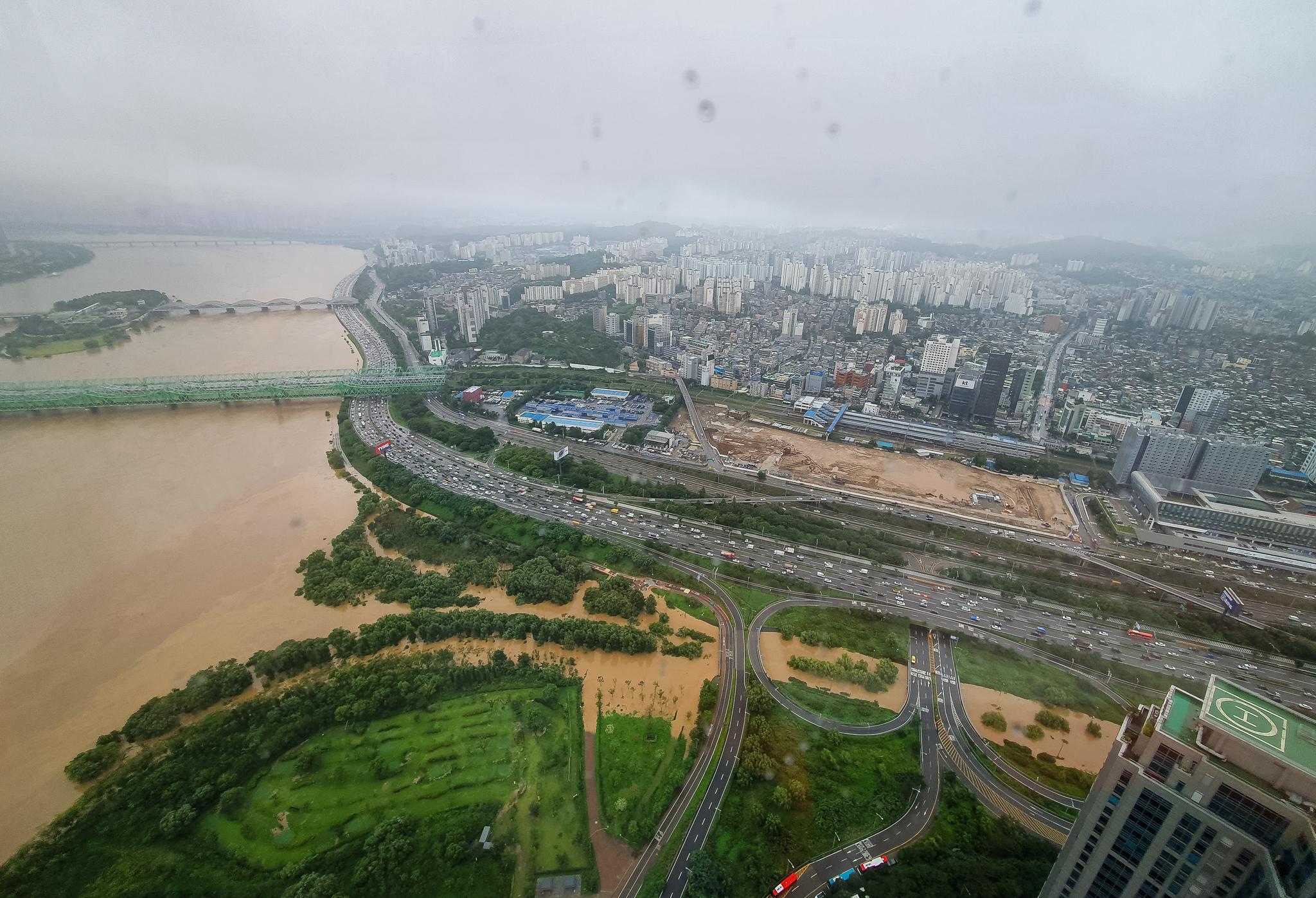 3일 중부지방에 집중되고 있는 폭우로 서울 여의도 63아트에서 바라본 한강이 흙탕물로 변해 있다. 뉴스1