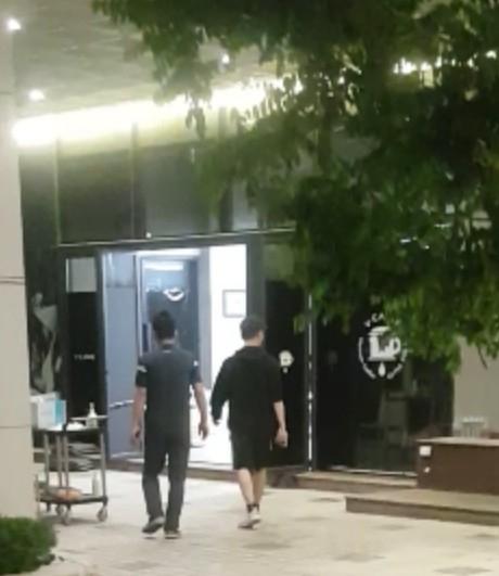 지난 6월 인천 영종도 임시생활시설에서 한국계 미국인(오른쪽)이 비상구를 통해 무단이탈 했다가 주민 신고를 받은 경찰에 붙잡혔다. [영종국제도시 총연합회 제공]