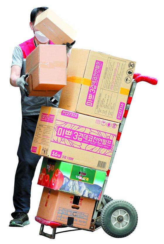 지난 5월1일 오전 서울 중구 명동거리에서 택배 노동자가 배송 작업을 하고 있다. [연합뉴스]