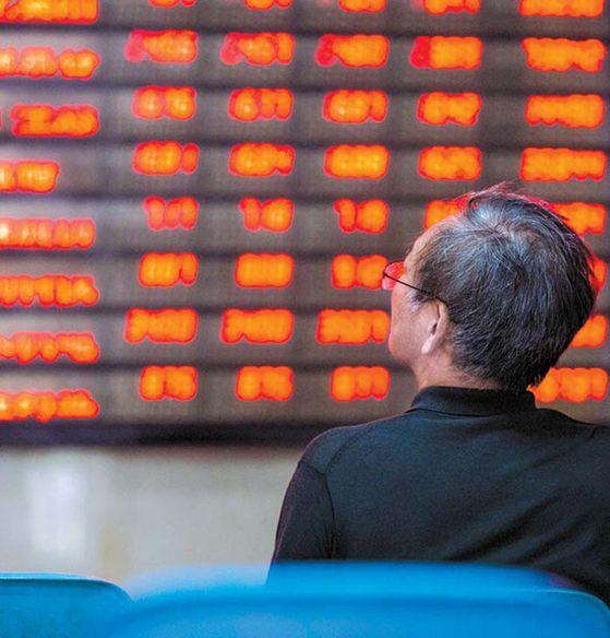 중국 난징의 한 증권사 게시판을 투자자가 보고 있다. AFP=연합뉴스