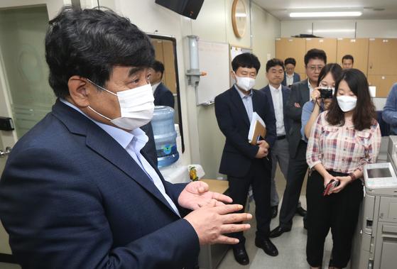한상혁 방송통신위원장이 3일 경기 정부과천종합청사 기자실을 방문해 기자들의 질문에 답변하고 있다. 연합뉴스