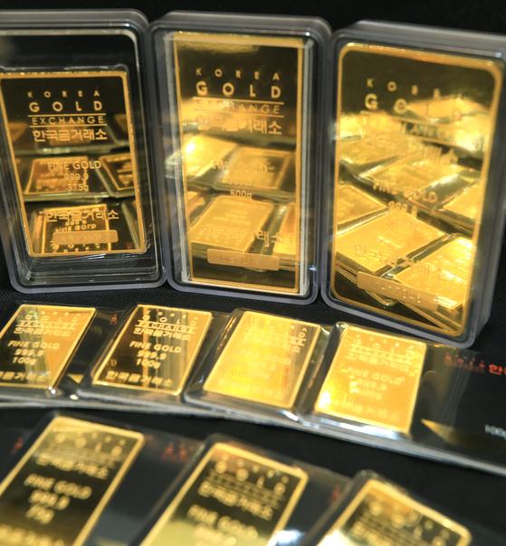 국제 금값이 사상 최초로 온스당 2000달러를 넘어선 5일 서울 종로구 한국금거래소에 골드바 등 관련 상품이 진열돼 있다. [뉴스1]