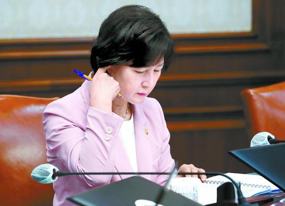 추미애 법무부 장관이 4일 정부서울청사에서 열린 국무회의에 참석해 자료를 보고 있다. [뉴스1]