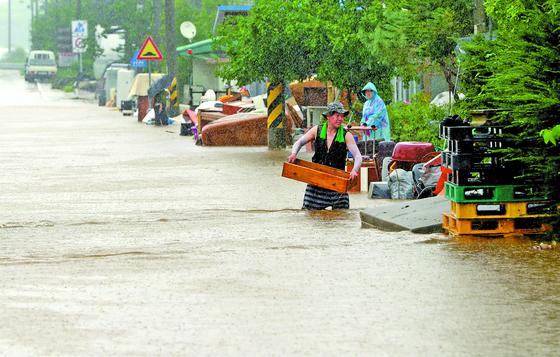 5일 오후 강원 철원군 김화읍 생창리 일대가 폭우로 침수돼 있다. 철원지역은 닷새 동안 최대 670㎜ 이상 폭우가 쏟아졌다. [연합뉴스]