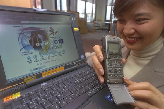 내 생에 첫 핸드폰은 안테나가 달린 PCS 폰이었다. 그 시절 핸드폰 케이스는 세상에 필요 없는 물건이었다.[중앙포토]