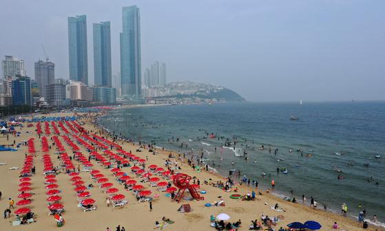 2일 부산 해운대해수욕장에서 피서객이 거리두기를 하며 물놀이를 하고 있다. 연합뉴스