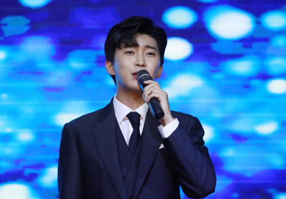 가수 임영웅이 지난달 15일 오후 서울 영등포구 글래드호텔에서 열린 MTN '제12회 2020방송광고페스티벌'에 참석해 축하공연을 선보이고 있다. 뉴스1