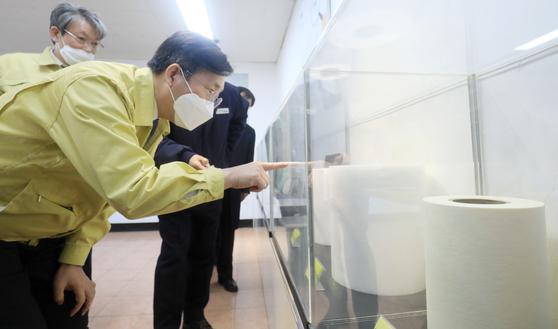 성윤모 산업통상자원부 장관이 지난 3월 전북 정읍시에 위치한 보건용 마스크 필터(MB) 생산업체 (주)크린앤사이언스를 방문한 모습. 뉴스1