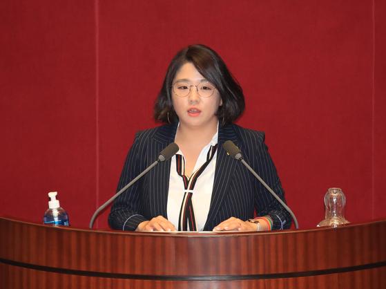 기본소득당 용혜인 의원이 지난 4일 오후 국회 본회의에서 토론하고 있다. 연합뉴스