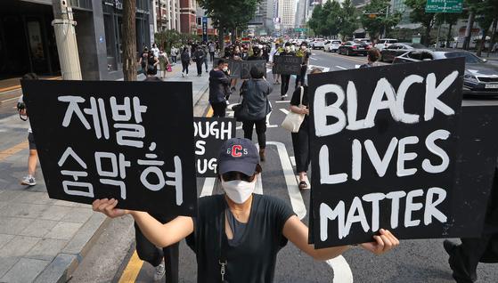 지난 6월 서울 명동에서 열린 '조지 플로이드' 사건 추모 행진 집회. 연합뉴스
